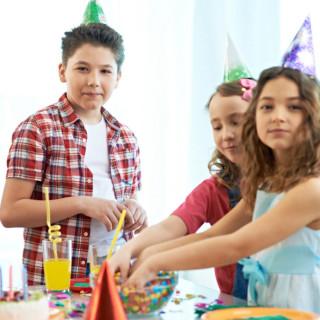 Дети в колпаках на празднике